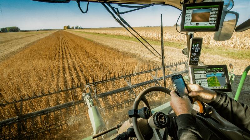 Maquina no campo de trigo