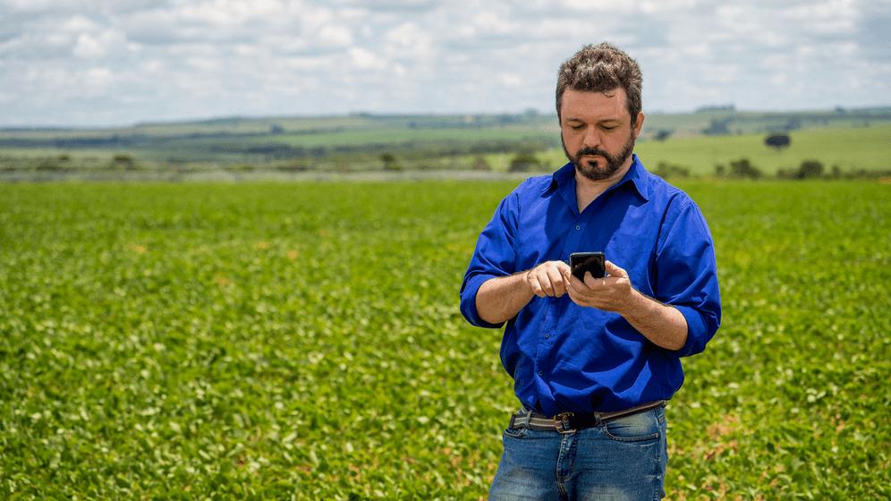 homem mexendo em aplicativo. Agricultura digital auxiliou na safra recorde de 2021