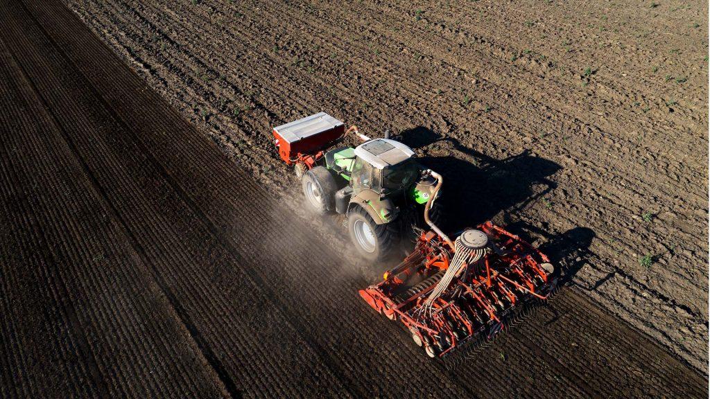 entre as práticas do plantio de soja está observar velocidade da máquiina e a calibragem